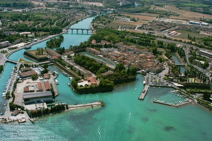 Peschiera is the most central location of the entire lake. Tourist information about apartments, camping and hotels for your holidays to lake Garda, Italy.